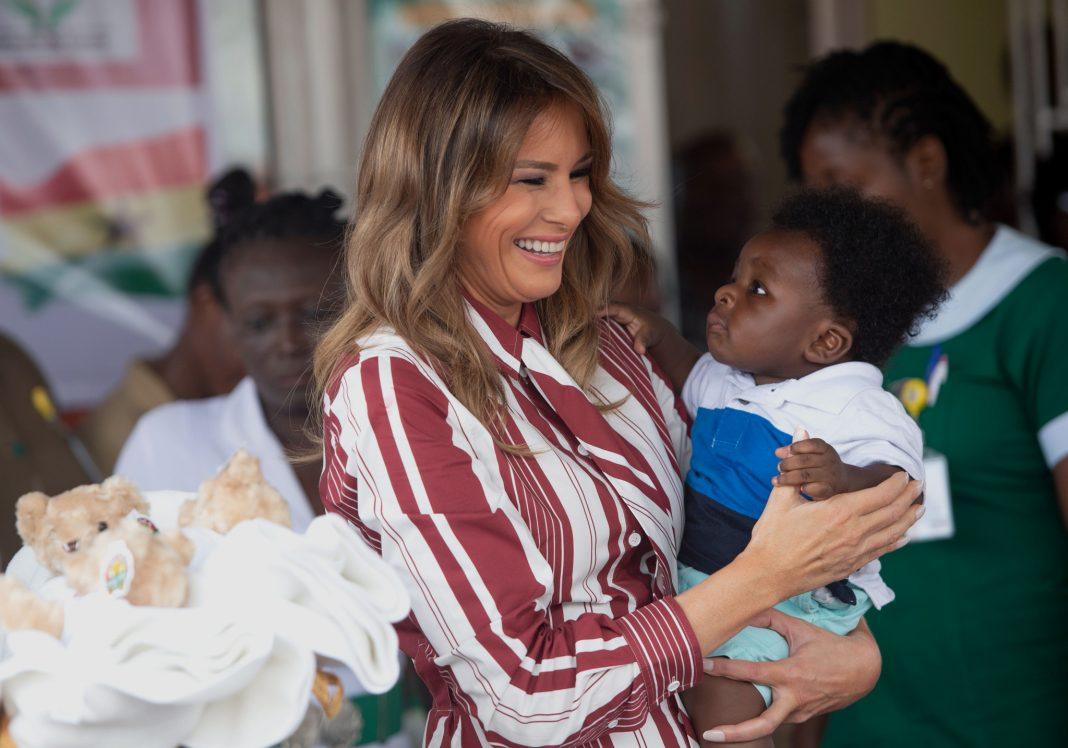 Melania Trump avec un petit enfant dans les bras (© Saul Loeb/AFP/Getty Images)