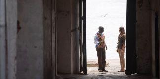 شخصان، رجل وامرأة، واقفان في مدخل يؤدي إلى الخارج (© Saul Loeb/AFP/Getty Images)