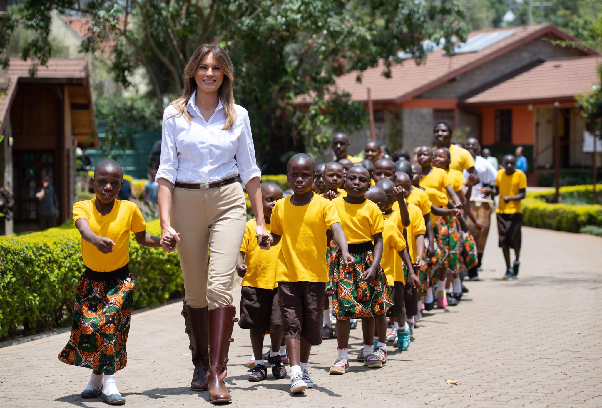 Melania Trump caminha com crianças (© Saul Loeb/AFP/Getty Images)