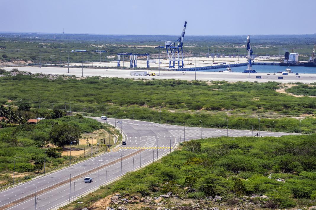 Gran puerto de mar y autopista (© Atul Loke/Bloomberg/Getty Images)