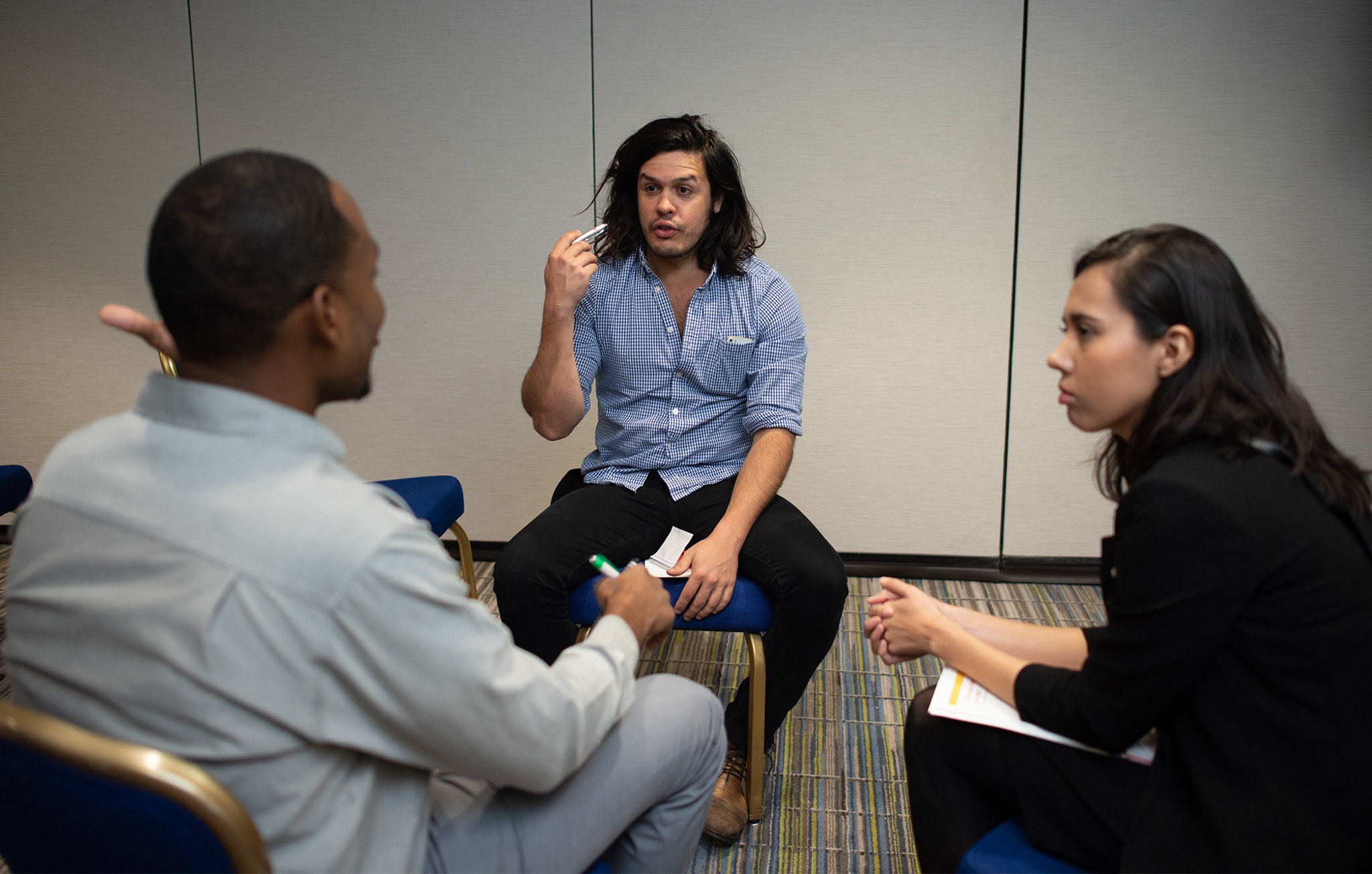 Trois jeunes, assis, en train de discuter (Daniel Durazo/Département d'État)