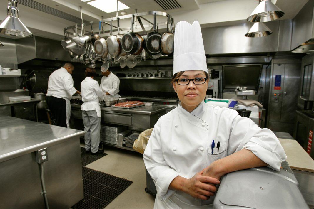 Cocinera en una cocina grande (© Ron Edmonds/AP Images)