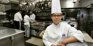 一位厨师在厨房里(© Ron Edmonds/AP Images)