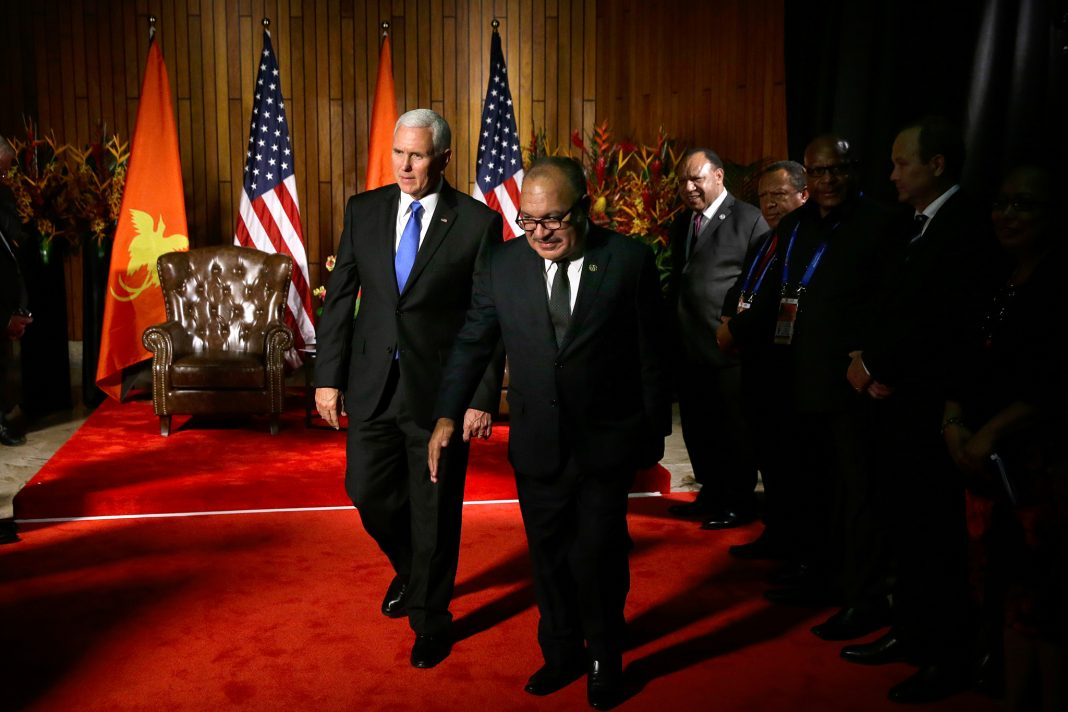 Mike Pence et Peter O'Neill foulant un tapis rouge (© Mark Schiefelbein/AP Images)