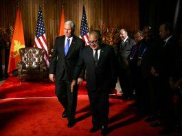 Mike Pence dan Peter O'Neill berjalan melintasi karpet merah (© Mark Schiefelbein/AP Images)