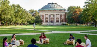 Siswa berlatih drum di luar ruangan di kampus Urbana-Champaign dari University of Illinois. (© RosaIreneBetancourt 7 / Alamy)