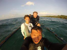 Tres personas sonrientes, en un bote (Cuerpo de Paz)