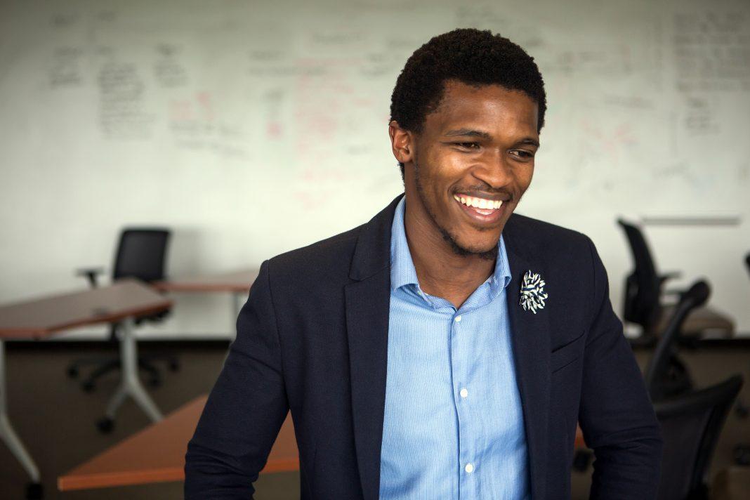 Photo portrait d'un homme souriant (Département d'État/David A. Peterson)