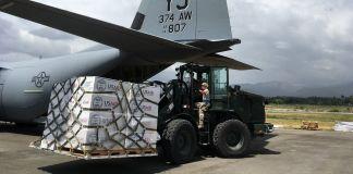 Empilhadeira faz o carregamento de suprimentos em avião de carga (Usaid)