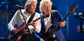 اثنان من عازفي موسيقى الروك على الغيتار يؤدون على المسرح (© David Richard/AP Images)