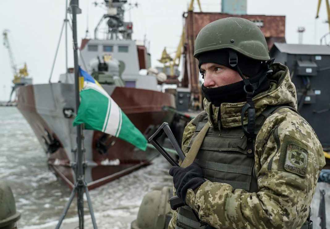 جندي يحرس سفينة (© Evgeniy Maloletka/AP Images)