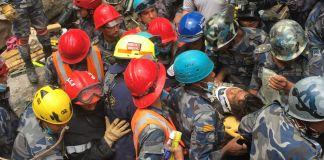 Equipe de resposta a desastres retira menino de escombros (Chefe Chris Schaff/Bombeiros e equipes de resgate do Condado de Fairfax/Usaid)