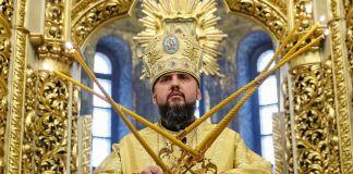 Man dressed in gold (© Valentyn Ogirenko/Reuters)