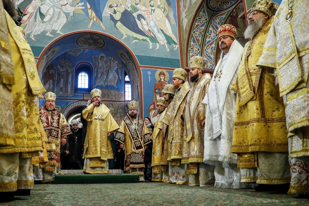 People in embroidered robes and hats standing in lines (© Valentyn Ogirenko/Reuters)