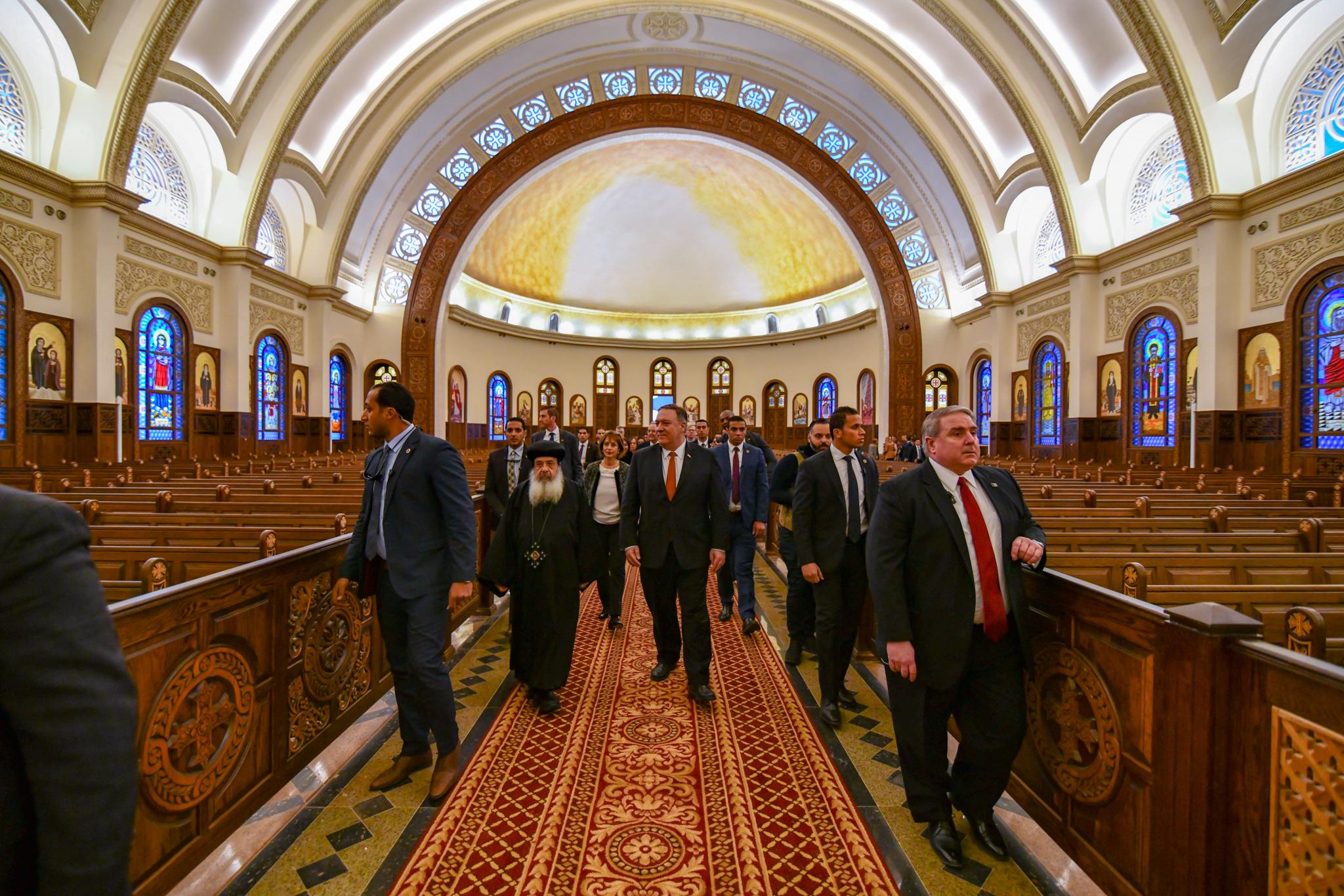 人们走在教堂里的走道上(美国国务院)