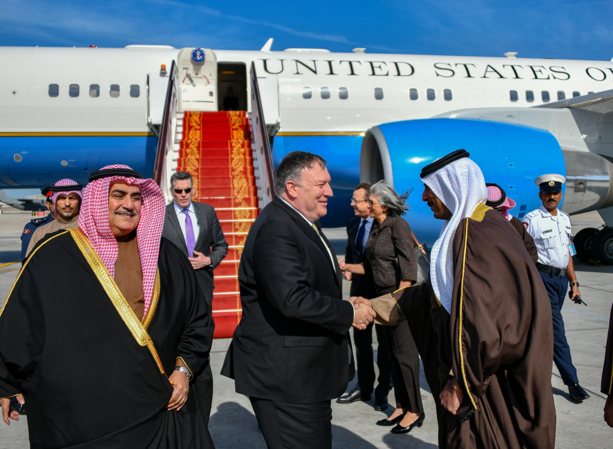 迈克·蓬佩奥抵达巴林时受到欢迎(美国国务院)