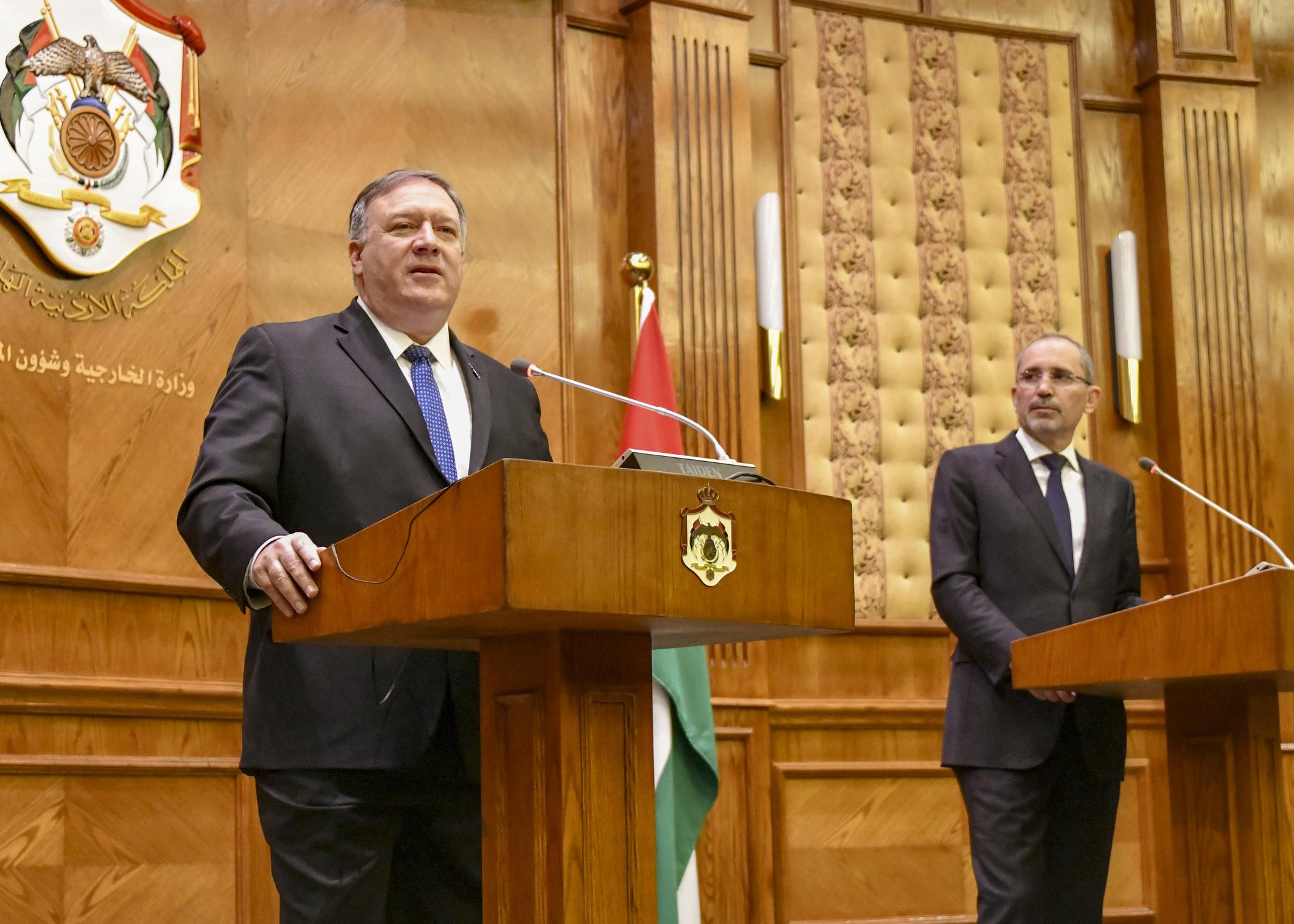 两位官员站在台上(State Dept./Ron Pryzsucha)