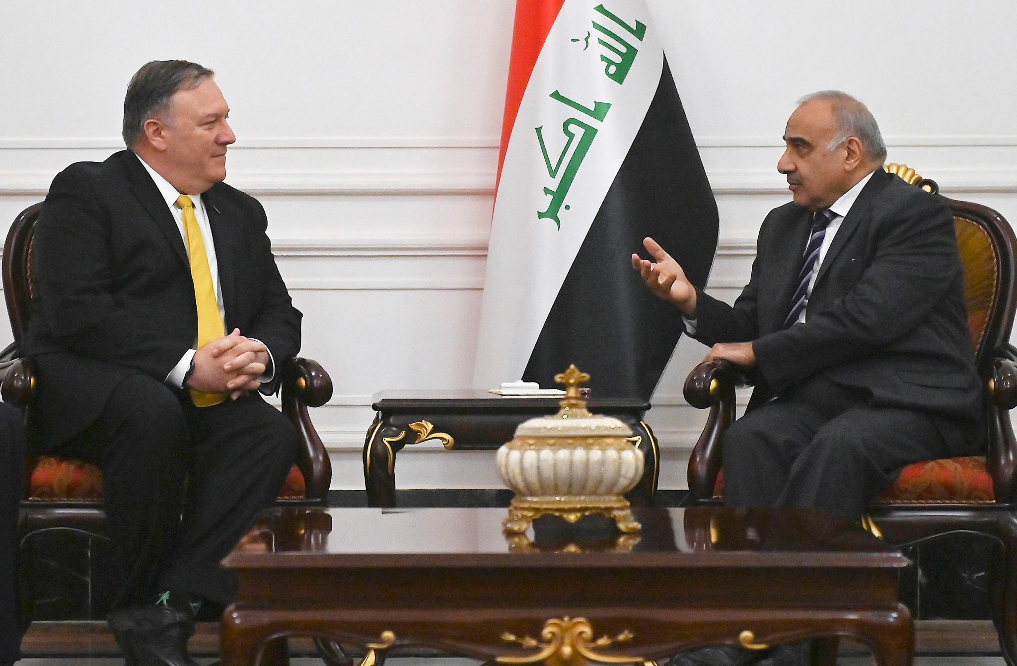 两位领导人正在交谈(© Andrew Caballero-Reynolds/AP Images)