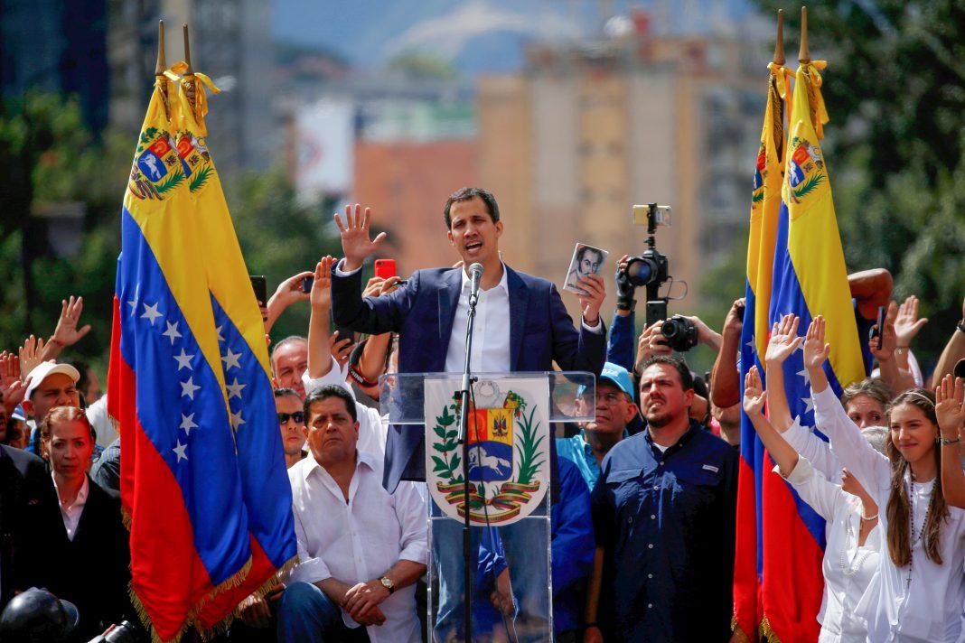 Juan Guaidó y sus seguidores ante una multitud (© Fernando Llano/AP Images)