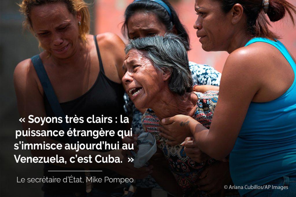 Photo d'une femme en train de pleurer, soutenue par d'autres femmes avec la citation « Soyons très clairs : la puissance étrangère qui s'immisce aujourd'hui au Venezuela, c'est Cuba. » (© Ariana Cubillos/AP Images)
