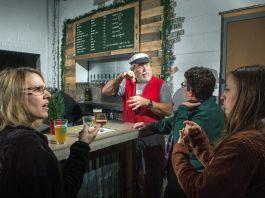 Pelanggan yang menggunakan bahasa isyarat di bar (Deplu AS/D.A. Peterson)