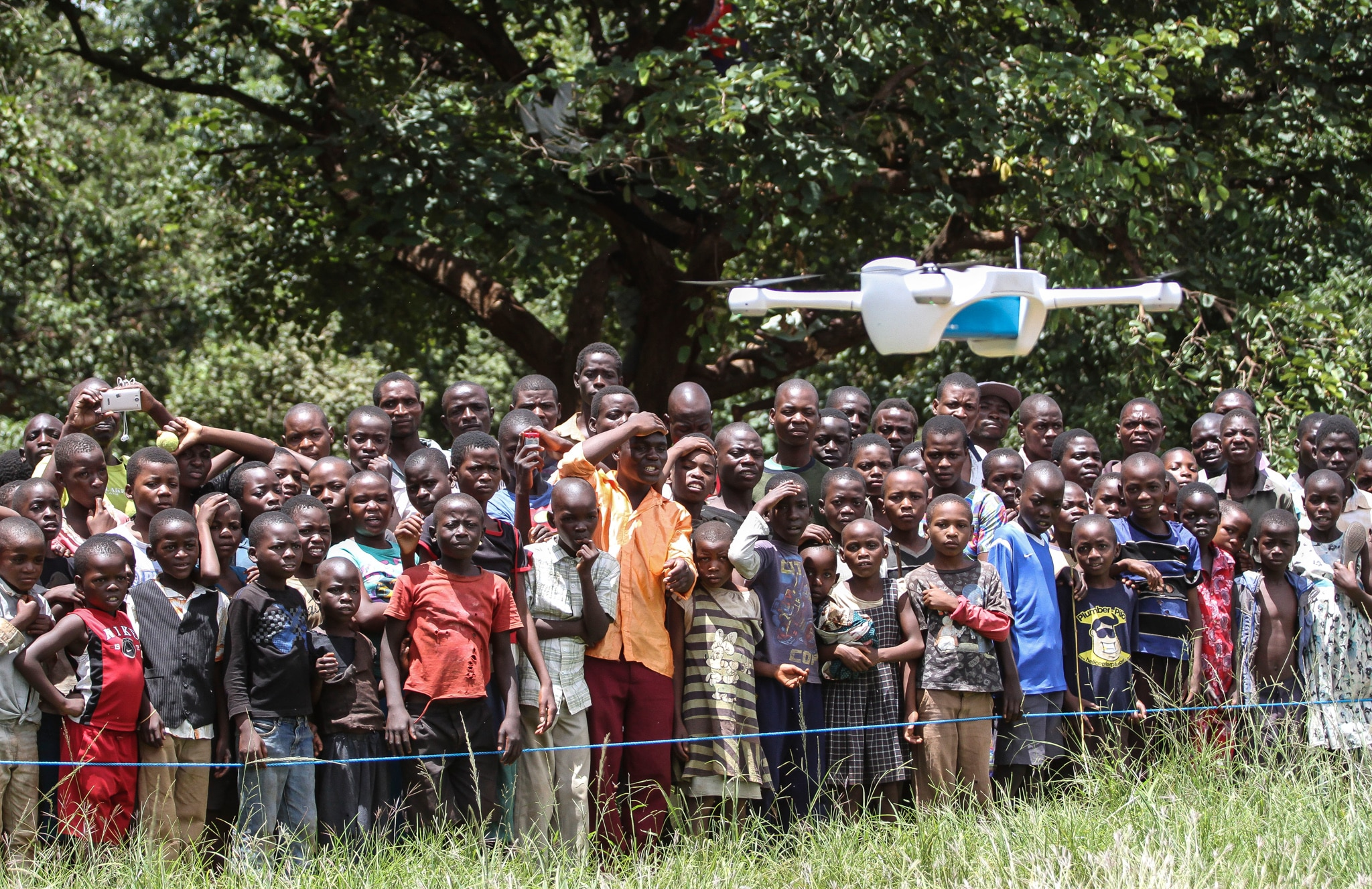 Children watching drone take off (© Bodele/UNICEF)