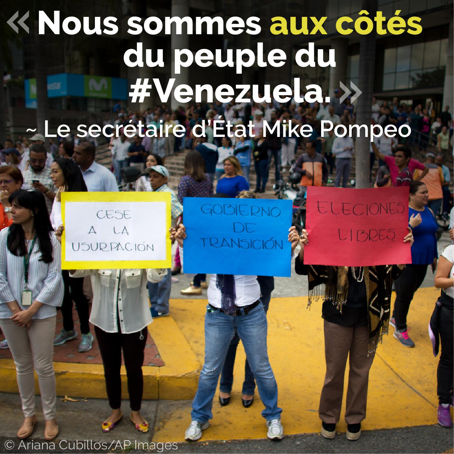 Des gens brandissant des messages de protestation, avec une citation du secrétaire d'État Pompeo sur l'image (© Ariana Cubillos/AP Images)