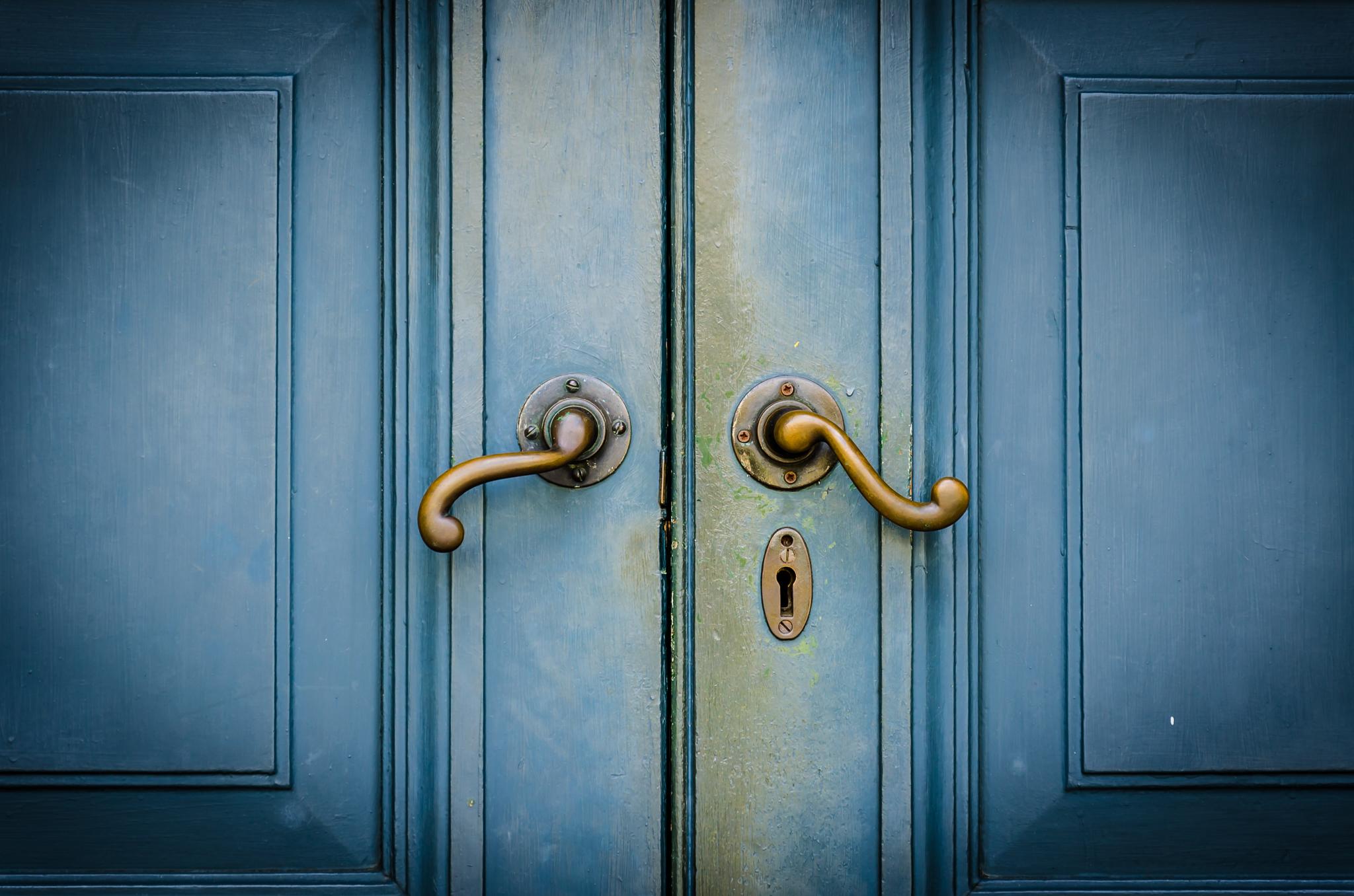 Puertas azules (© Food Travel Stockforlife/Shutterstock)