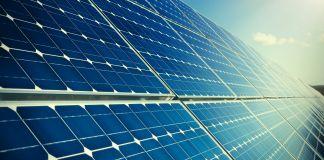 Vue d'une installation de dalles photovoltaïques de couleur bleue (© Shutterstock)