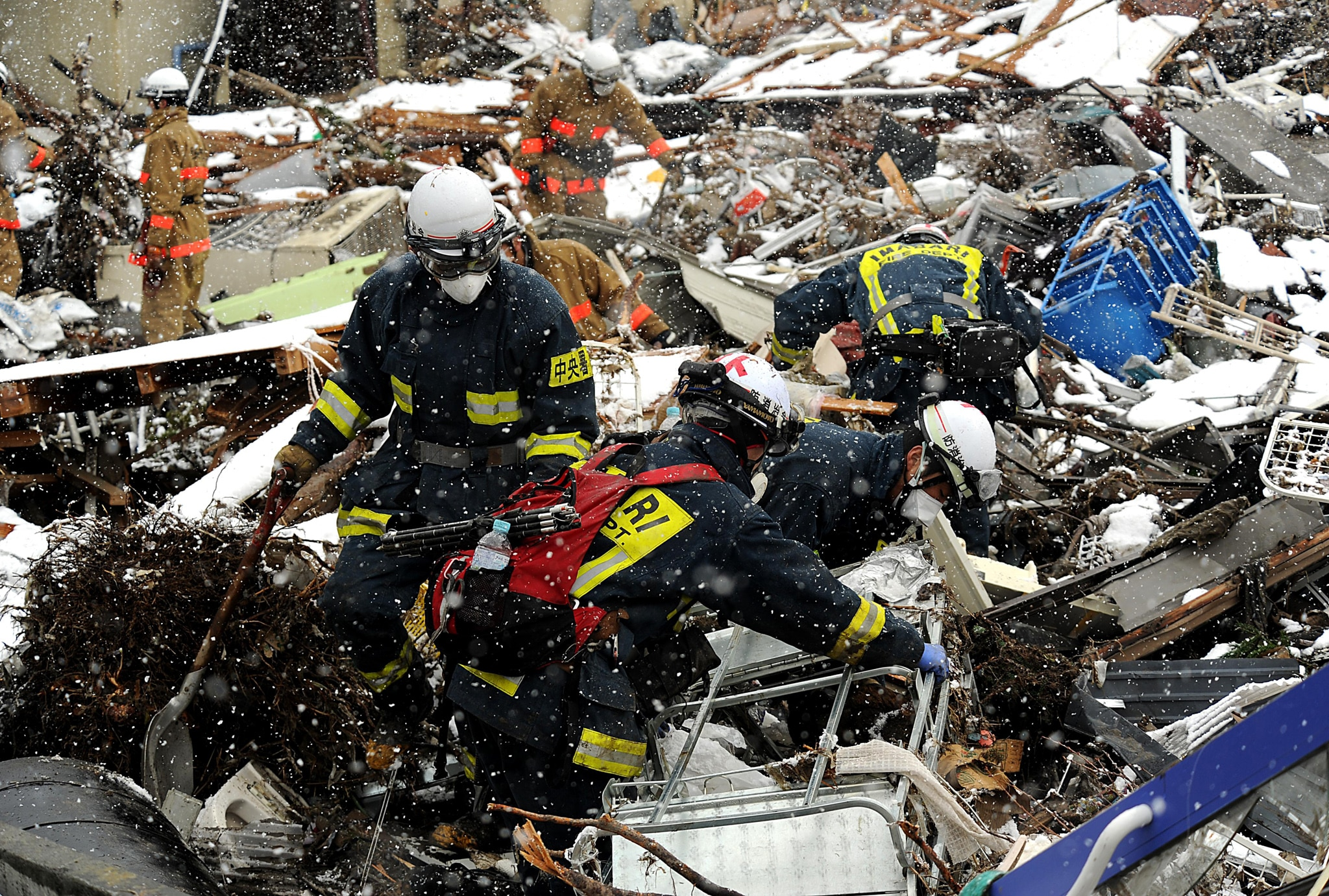 Rescue workers searching through debris (MSgt Jeremy Lock/USAF)