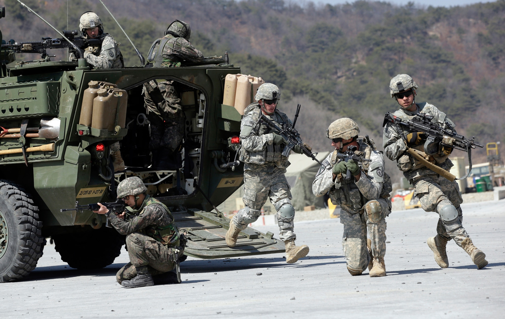 U.S. and South Korean soldiers taking positions (©Lee Jin-man/AP Images)