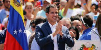 Juan Guaidó in crowd of people (© Fernando Llano/AP Images)