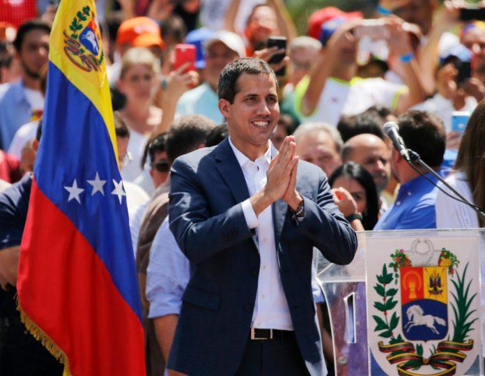 Juan Guaidó entre una multitud de personas (© Fernando Llano/AP Images)