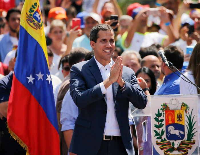 Juan Guaidó in crowd of people (© Fernando Llano/AP Images)