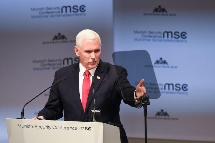 El vicepresidente Pence hablando tras un atril (© Kerstin Joensson/AP Images)