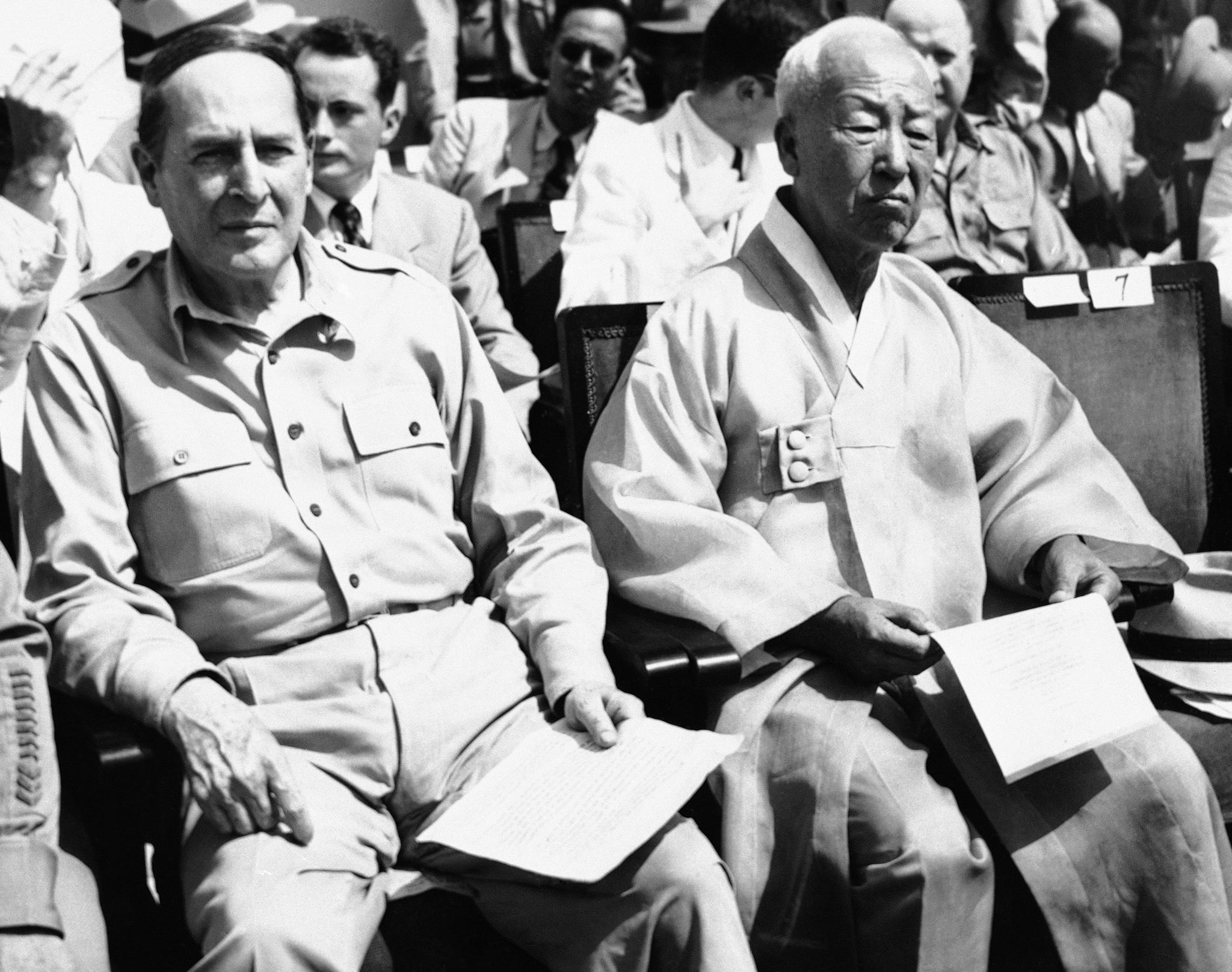 Douglas MacArthur sitting next to Syngman Rhee (© Charles Gorry/AP Images)