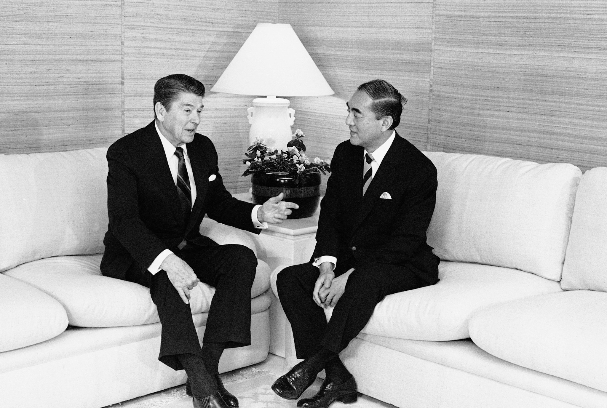 Ronald Reagan and Yasuhiro Nakasone sitting on a couch (© Ira Schwartz/AP Images)
