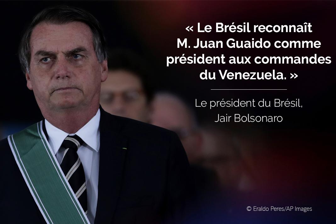 Jair Bolsonaro, avec son tweet sur l'image (© Eraldo Peres/AP Images)