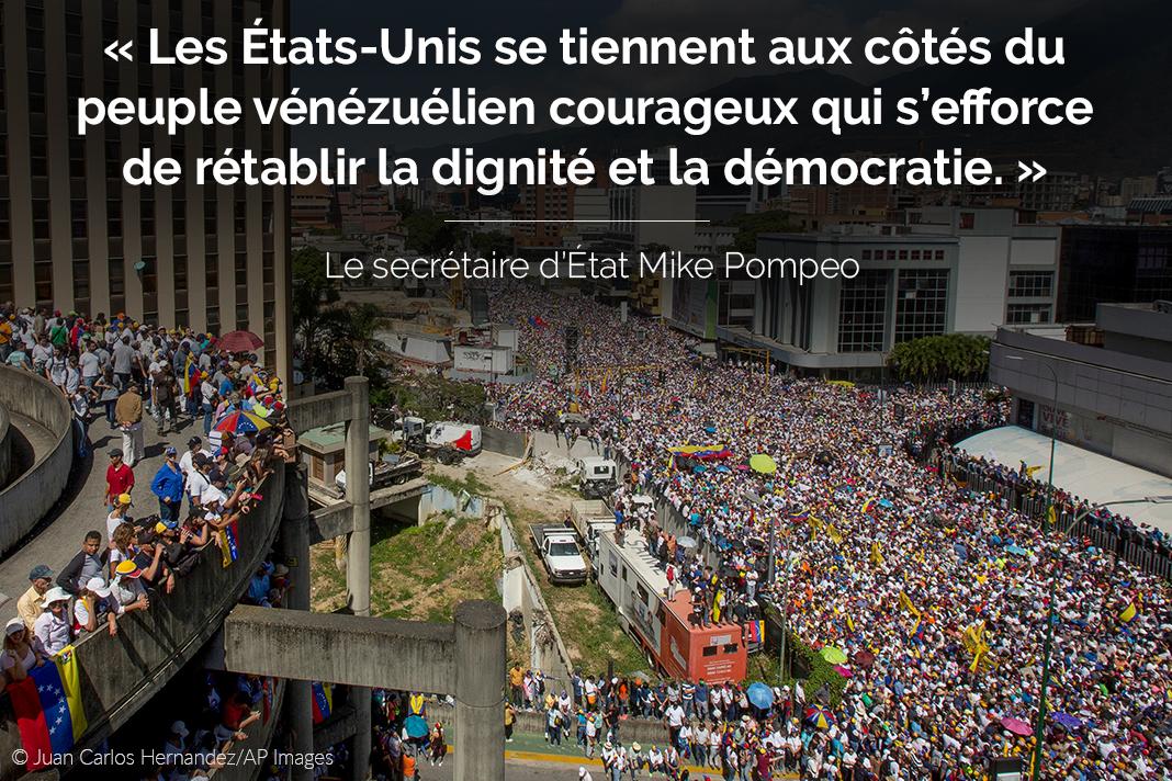Vue aérienne d'une foule de manifestants dans une rue, avec une citation du secrétaire d'État Pompeo sur la photo (© Juan Carlos Hernandez/AP Images)