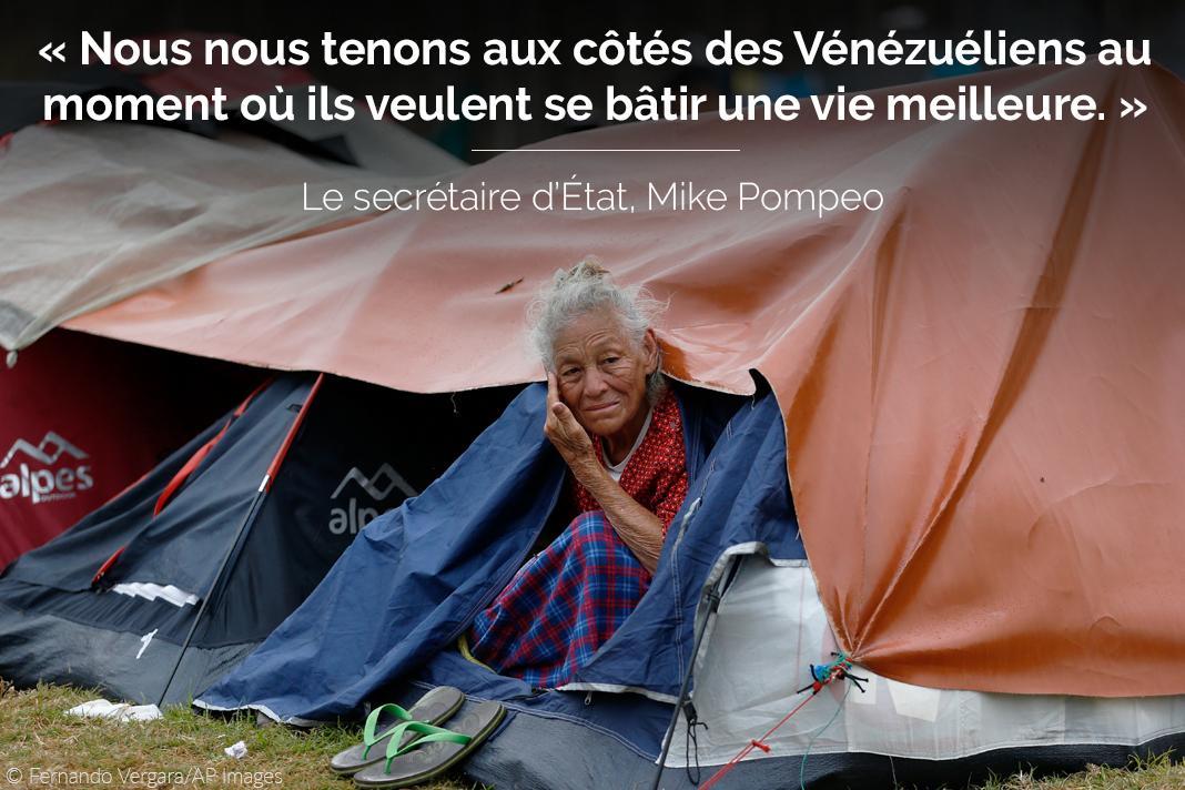 Un femme âgée assise à l'entrée de sa tente, avec une citation du secrétaire d'État Pompeo sur l'image (© Fernando Vergara/AP Images)