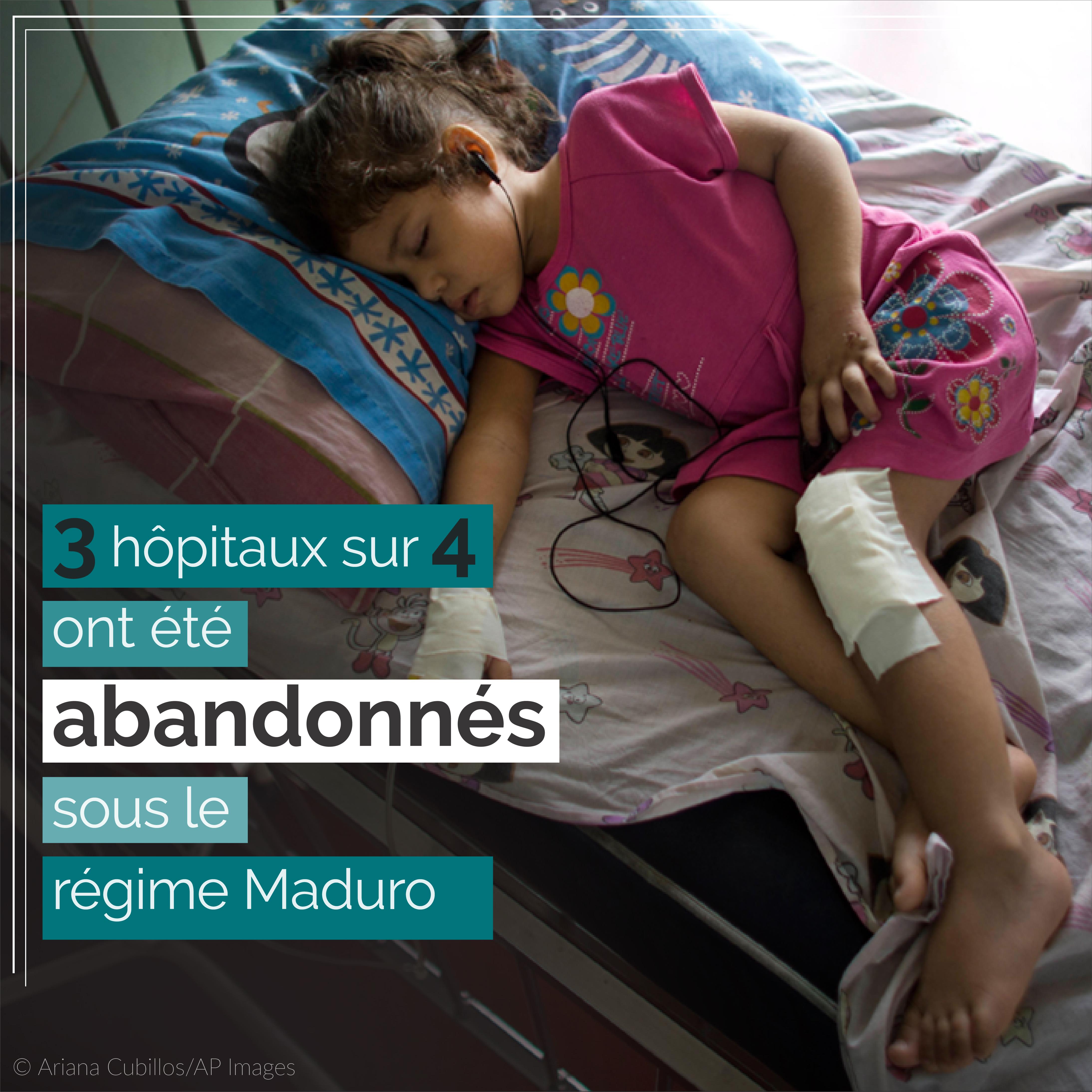 Fillette avec des pansements allongée sur un lit, avec des données à propos des hôpitaux abandonnés sur l'image (© Ariana Cubillos/AP Images)
