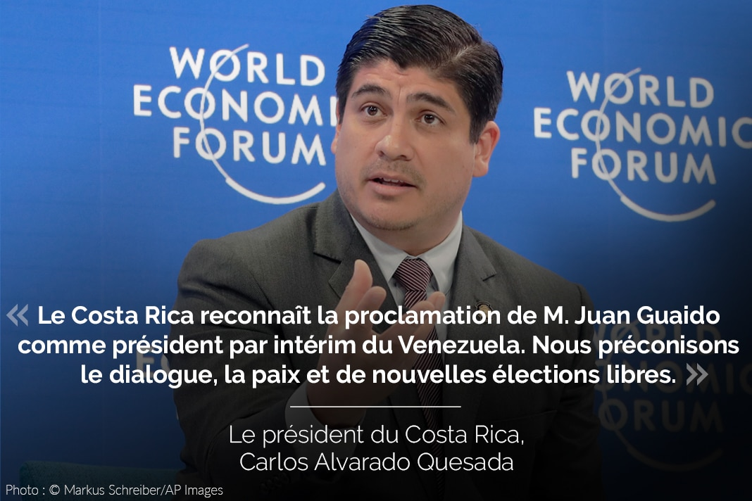 Carlos Alvarado Quesada, avec son tweet sur l'image (© Markus Schreiber/AP Images)