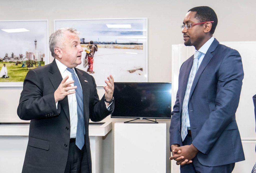 Deux hommes debout dans un bureau (Ambassade des États-Unis en Afrique du Sud)