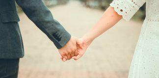 Un couple se tenant par la main (© Shutterstock)