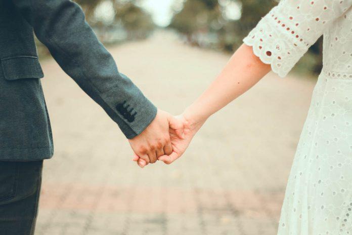 Couple holding hands (© Shutterstock)