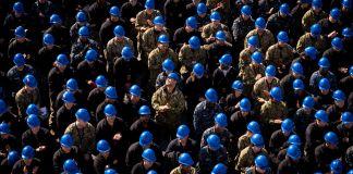 Vue aérienne d'un grand nombre de militaires portant un casque de chantier (U.S. Navy/Mass Communication Specialist Seaman Steven Edgar)