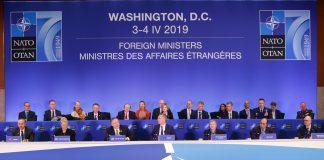 Dos filas de los ministros de Asuntos Exteriores de los países de la OTAN sentados en una reunión (© Pablo Martinez Monsivais/AP Images)