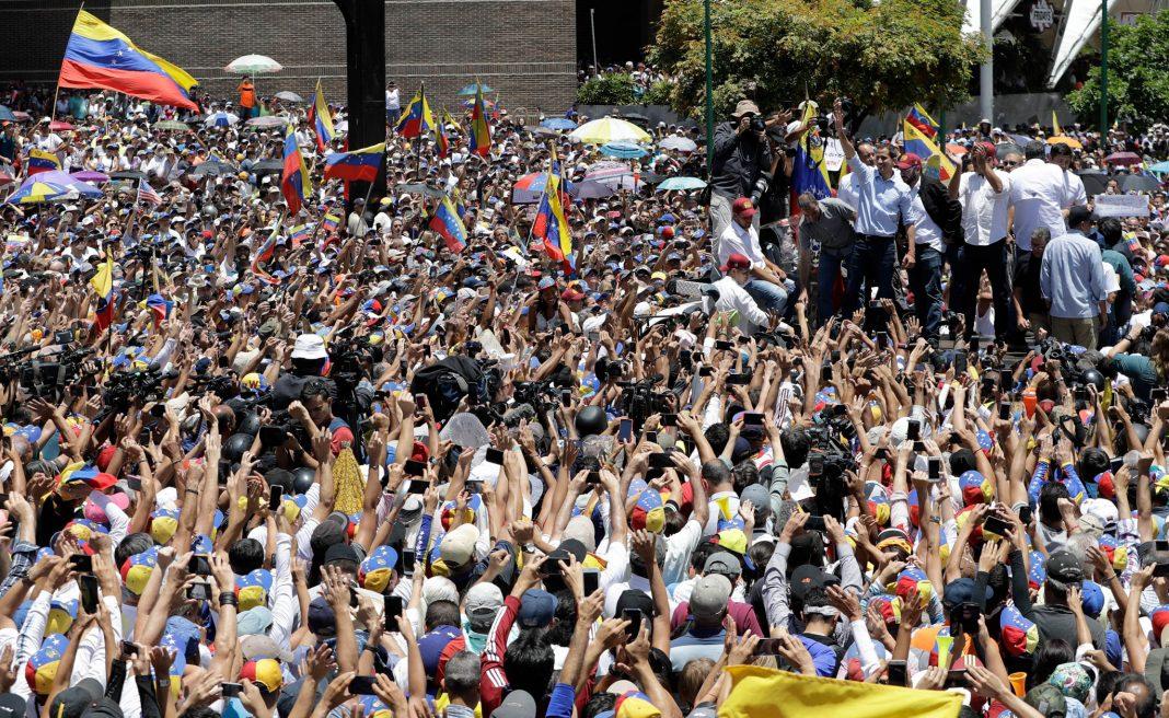 Une grande foule lors d'une manifestation au Venezuela (© Natacha Pisarenko/AP Images)