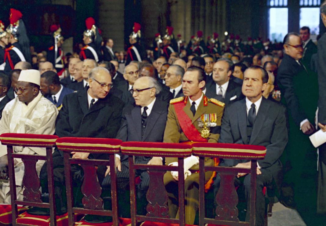 Richard Nixon sentado com outras pessoas na catedral (© AP Images)