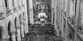 Vue en surplomb de l'intérieur de la cathédrale Notre-Dame (© Morse/AP Images)